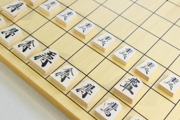 将棋駒を盤に並べた様子